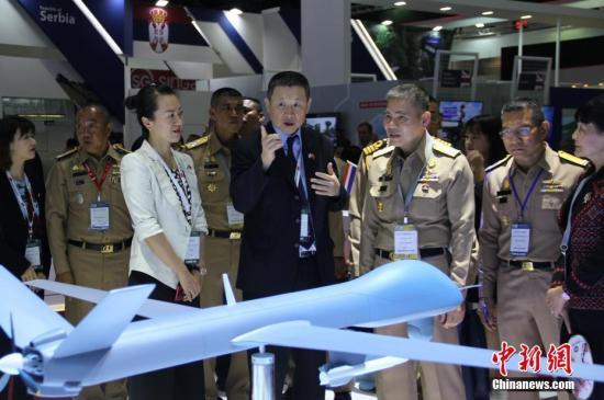 """11月18日,为期4天的2019年泰国国际防务展在曼谷开幕。中国国家国防科技工业局组织7家军贸公司,以""""中国军工""""国家展团形式首次参展。图为""""中国军工""""展区。中新社记者 王国安 摄"""