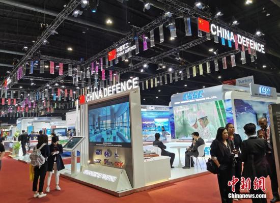 """11月18日,为期4天的2019年泰国国际防务展在曼谷开幕。中国国家国防科技工业局组织7家军贸公司,以""""中国军工""""国家展团形式首次参展。图为""""中国军工""""展区。中新社发 石磊 摄"""