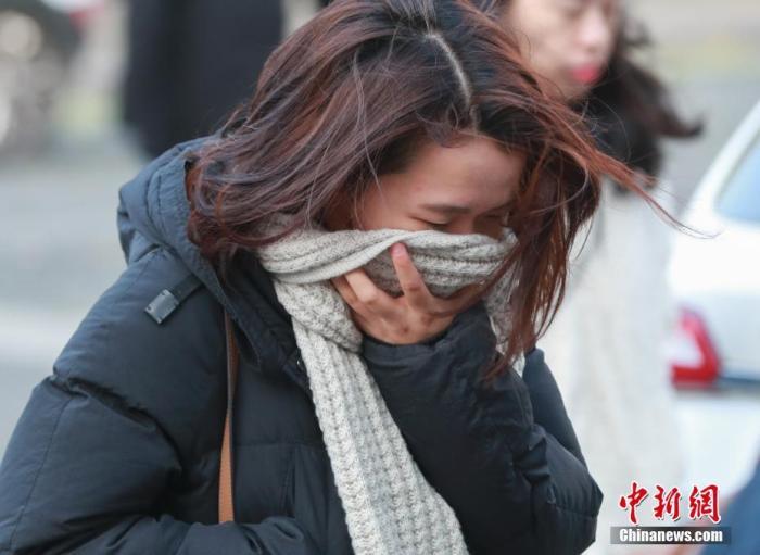 资料图:市民在寒冷天气中出行。<a target='_blank' href='http://www.chinanews.com/'>中新社</a>记者 贾天勇 摄
