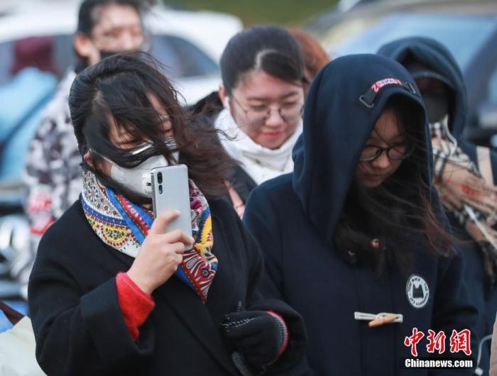 原料图:市民在严寒天气中出走。中新社记者 贾天勇 摄