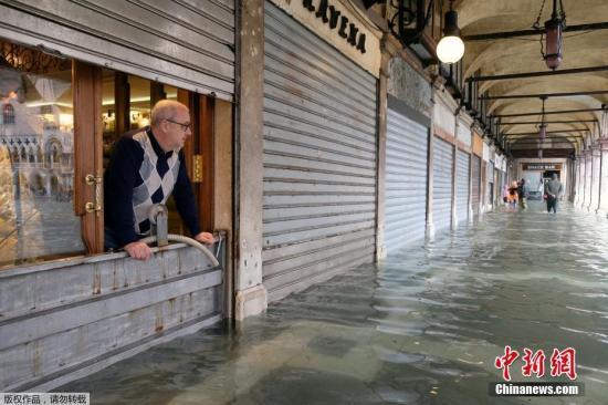 """据报道,受洪水影响,威尼斯全城80%被淹,教堂,商家,店铺,酒店,博物馆,历史古迹全都""""泡汤""""。"""
