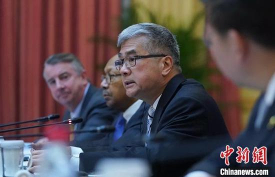 图为美国民主党代表、商务部前部长骆家辉在会上发言。中新社记者 张兴龙 摄