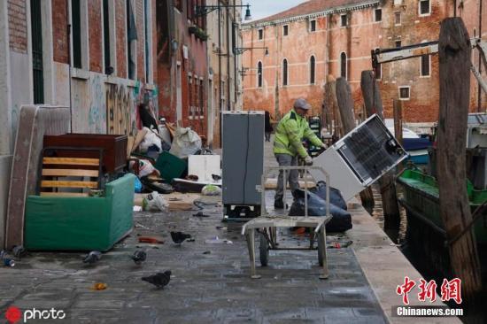 """当地时间2019年11月18日,意大利威尼斯,意大利著名的""""水上之都""""威尼斯遭遇50多年一遇的大潮,洪水过后,现场一片狼藉。 图片来源:ICphoto"""