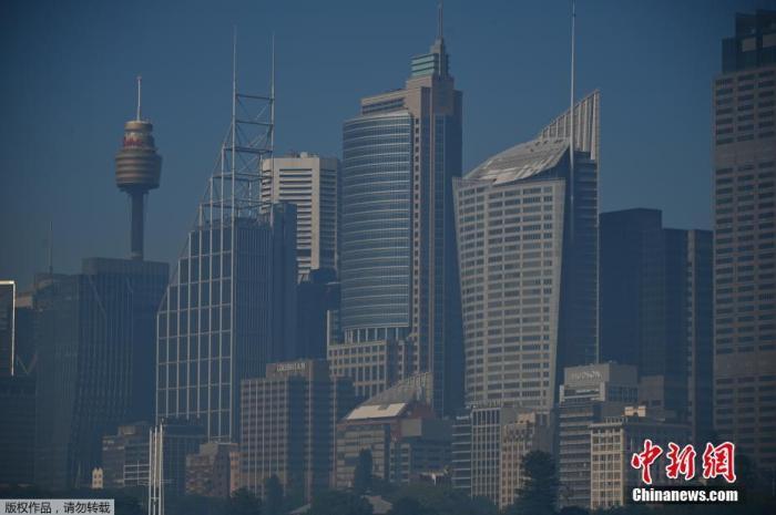 资料图:澳大利亚新南威尔士州林火持续肆掠,悉尼城市上空被丛林大火的浓烟笼罩。