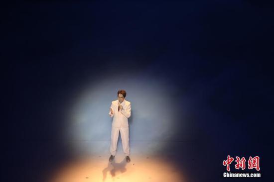 11月19日晚,第28届金鸡百花电影节在福建厦门开幕。图为林志炫演唱歌曲《没离开过》。中新社记者 李思源 摄