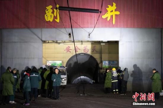 11月19日凌晨,山西省平遥县峰岩集团二亩沟煤矿瓦斯爆炸事故抢险救援指挥部召开新闻通报会,事故致15人遇难,9人受伤。中新社记者 韦亮 摄