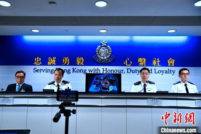 11月19日,香港警方更新警队座右铭:忠诚勇毅,心系社会。警察公共关系科总警司郭嘉铨(右二)在例行记者会上解释,警队一直与时俱进,因应社会转变即时推出新的座右铭。记者 李志华 摄