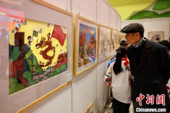 """11月19日,""""童画中国梦——澳门青少年绘画作品展""""在北京中国宋庆龄青少年科技文化交流中心开幕。寓意澳门回归20周年的99幅澳门儿童绘画作品与公众见面。<a target='_blank' href='http://www.chinanews.com/'>中新社</a>记者 李雪峰 摄"""
