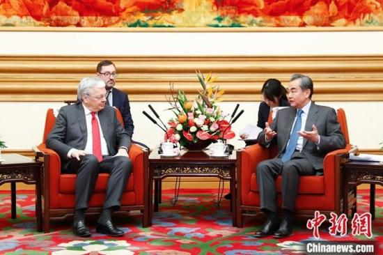 11月19日,中国国务委员兼外交部长王毅在北京会见比利时副首相兼外交大臣雷德尔斯。中新社记者 盛佳鹏 摄