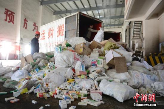 11月20日,工作人员将违法食品药品卸车,准备销毁。当日,由内蒙古自治区市场监督管理局、呼和浩特市市场监督管理局承办的食品安全问题整治行动违法物品销毁活动在呼和浩特市国际会展中心举行。中新社记者 刘文华 摄