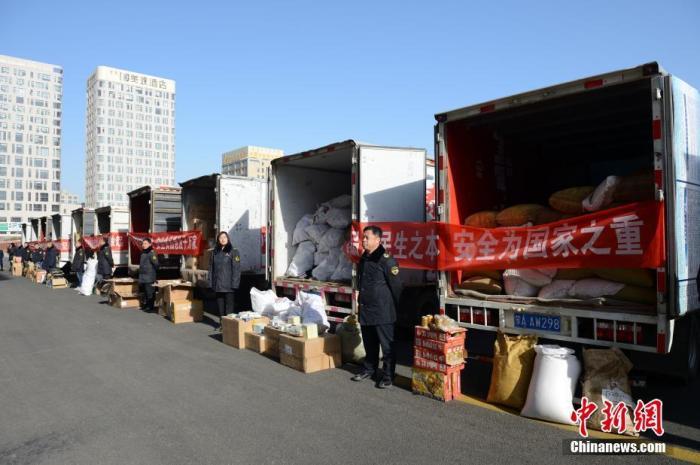 资料图:违法食品药品装车准备销毁。中新社记者 刘文华 摄