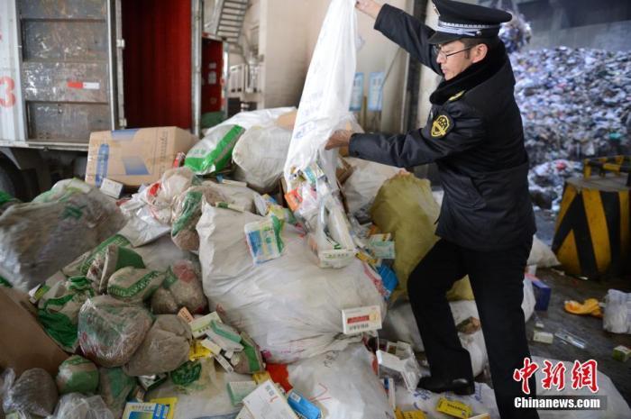 11月20日,由内蒙古自治区市场监督管理局、呼和浩特市市场监督管理局承办的食品安全问题整治行动违法物品销毁活动在呼和浩特市国际会展中心举行。2019年前三季度,内蒙古自治区市场监管系统通过一般程序立案查处食品、保健食品等各类案件3787件,涉案货值1389.7万元人民币,罚没合计0.53亿元人民币,罚没物品合计60余吨,责令停产停业13家,吊销许可证2张,涉嫌犯罪移送司法机关17起。中新社记者 刘文华 摄