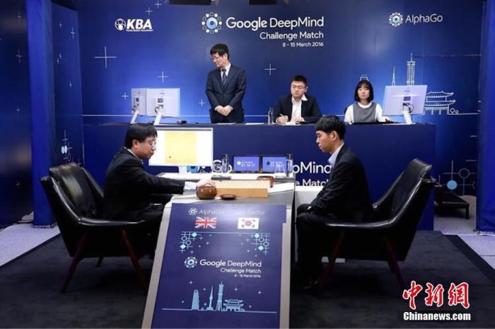 """图为2016年3月9日,韩国职业9段李世石与谷歌人工智能系统""""阿尔法围棋""""(AlphaGo)进行了一场""""人机大战""""。 中新社发 主办方供图"""