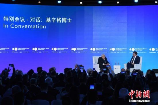 """11月21日,2019年创新经济论坛在北京举行,在""""特别会议—对话:基辛格博士""""环节,美国前国务卿、创新经济论坛名誉主席亨利基辛格(Henry Kissinger,左)出席并发言。中新社记者 侯宇 摄"""