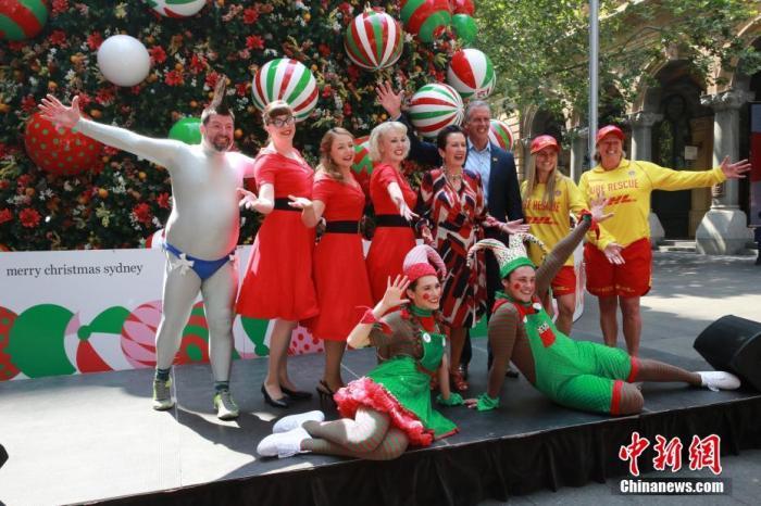 11月21日,悉尼拉開圣誕慶典序幕,將以街頭派對、圣誕集市、音樂會等活動迎接圣誕節的到來。圖為悉尼市長克羅芙·摩爾(后排左五)在活動開幕儀式上與來賓和演員合影。<a target='_blank' href='http://www.gfnygx.co/'>中新社</a>記者 陶社蘭 攝