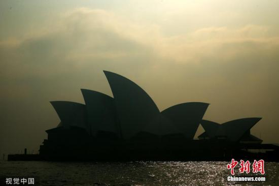 当地时间2019年11月21日,澳大利亚新南威尔士悉尼,澳大利亚多地遭林火侵袭。在南澳,强风及干旱天气助长火势,迫使电力公司切断供电,预计逾1万用户遭断电困扰。此外,21日,悉尼也再一次被烟霾笼罩,空气质量堪忧,当地居民被建议留在室内。 图片来源:视觉中国