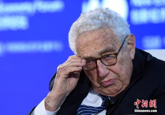 """11月21日,2019年创新经济论坛在北京举行,在""""特别会议—对话:基辛格博士""""环节,美国前国务卿、创新经济论坛名誉主席亨利基辛格(Henry Kissinger)出席并发言。中新社记者 侯宇 摄"""