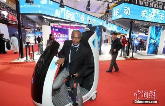 11月21日,2019世界5G大会在北京举行,图为外国观众体验应用5G技术的智行车。/p中新社记者 张宇 摄