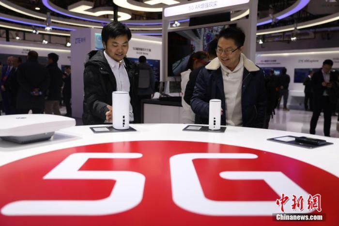 资料图:2019年11月21日,首届世界5G大会在北京进行。旅行者在近间隔寓目5G室内路由器。/p诚信在线记者 蒋启明 摄