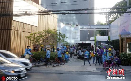 11月21日据美国地质勘探局网站消息,北京时间7时50分许,老挝与泰国边境地区发生6.1级地震,震源深度10千米。稍早前,据中国地震台网消息,该地区曾发生5.8级地震。目前暂无人员伤亡情况的报告。图为当地时间2019年11月21日,泰国曼谷,当地发生地震后,民众聚集在户外避难。 图片来源:ICphoto