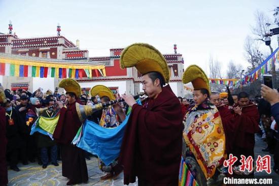11月21日,藏历10月25日,青海塔尔寺举行纪念藏传佛教格鲁派创始人宗喀巴大师圆寂六百周年佛事活动,各地僧俗信众汇聚于此,参加法会,纪念宗喀巴大师。中新社记者 马铭言 摄
