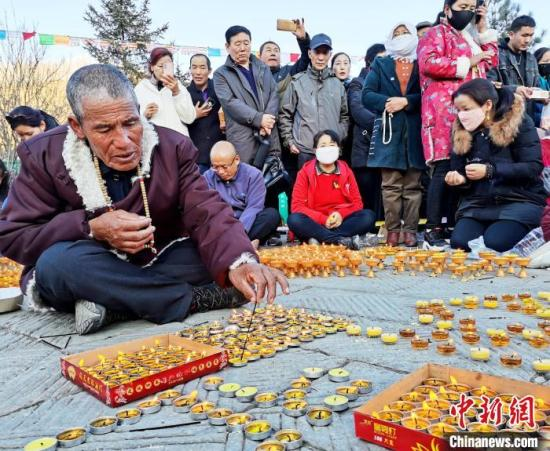 图为藏族老人点酥油灯。 张添福 摄