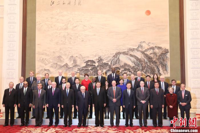 """11月22日,国家主席习近平在北京人民大会堂会见出席2019年""""创新经济论坛""""外方代表。这是会见前,习近平同外方代表集体合影。中新社记者 盛佳鹏 摄"""