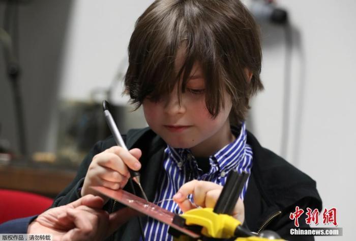 当地时间11月20日,荷兰埃因霍温,比利时9岁神童劳伦特·西蒙斯(Laurent Simons)在实验室里研究电子设备。据悉,目前正在学习电气工程西蒙斯即将大学毕业,成为最年轻的大学毕业生。