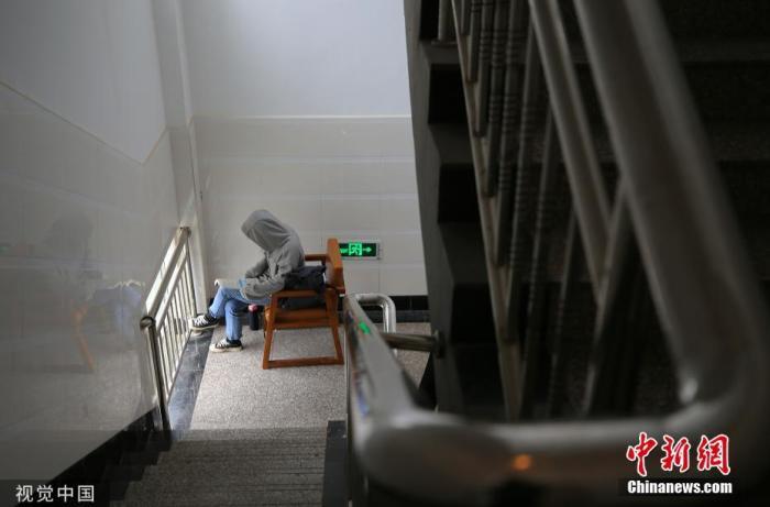 11月21日,在湖南省衡阳市南华大学图书馆的走廊过道上,同学们在抓紧时间复习。曹正平 摄