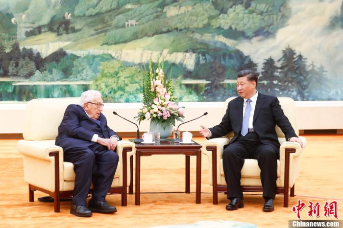 11月22日,国家主席习近平在北京人民大会堂会见美国前国务卿基辛格。 中新社记者 盛佳鹏 摄