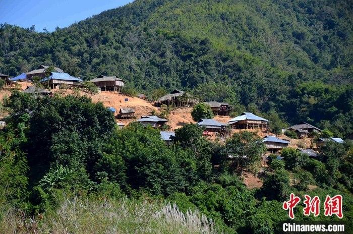 11月19日,湄公河金三角流域沿岸的老挝村庄。自2011年,中老缅泰四国启动了湄公河联合巡逻执法以来,湄公河金三角航道安全得到了保障。中新社记者 缪超 摄