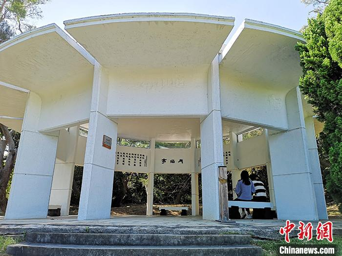 近日,记者到访位于台湾新竹市的新竹清华大学梅贻琦墓园--梅园。图为梅园一侧的月涵亭。 /p中新社记者 安英昭 摄