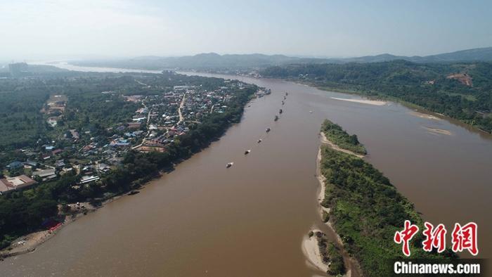 11月21日,在湄公河上航行的中老缅泰湄公河联合巡逻执法船艇。自2011年,中老缅泰四国启动了湄公河联合巡逻执法以来,湄公河金三角航道安全得到了保障。中新社发 陈政 摄
