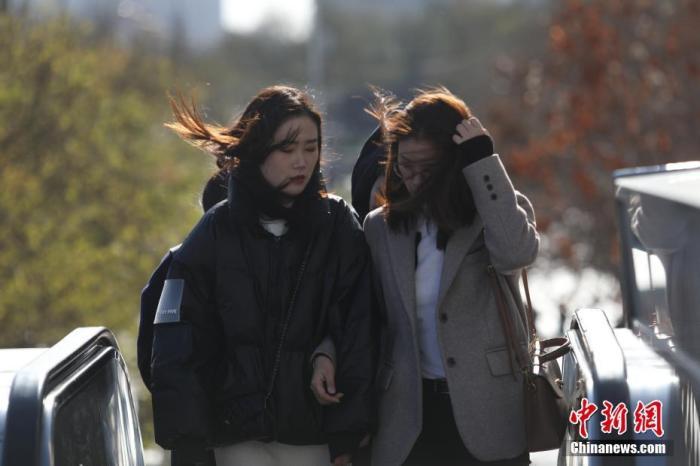 资料图:市民在寒冷天气中出行。<a target='_blank' href='http://www.chinanews.com/'>中新社</a>记者 蒋启明 摄