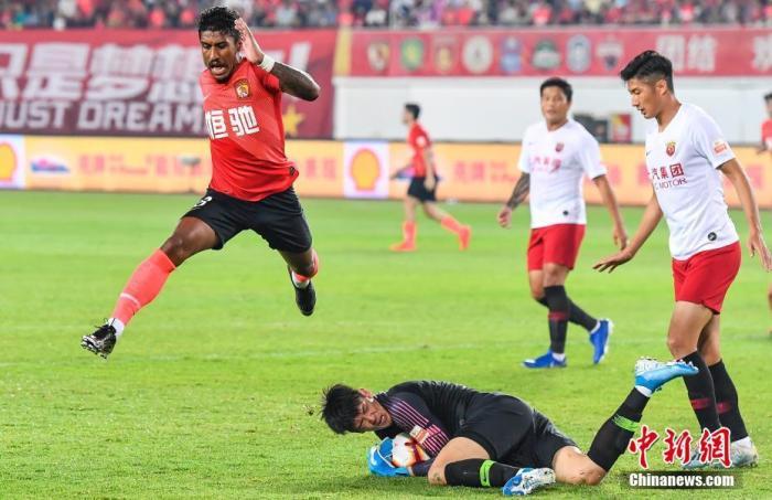 资料图:广州恒大(左一)外援保利尼奥在比赛中。中新社记者 陈骥旻 摄