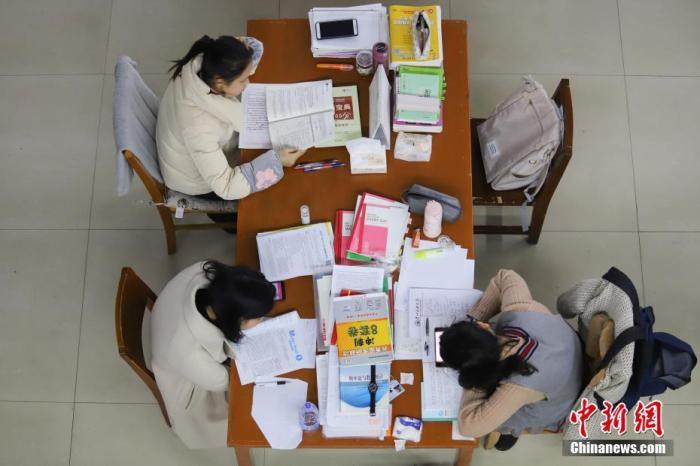 资料图:考研学生正在看书复习。 中新社记者 瞿宏伦 摄