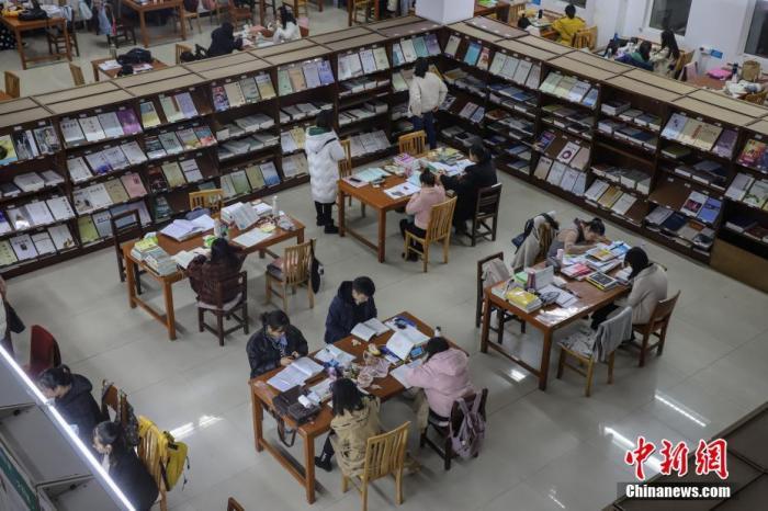 资料图:考研学生在图书馆看书复习。 中新社记者 瞿宏伦 摄