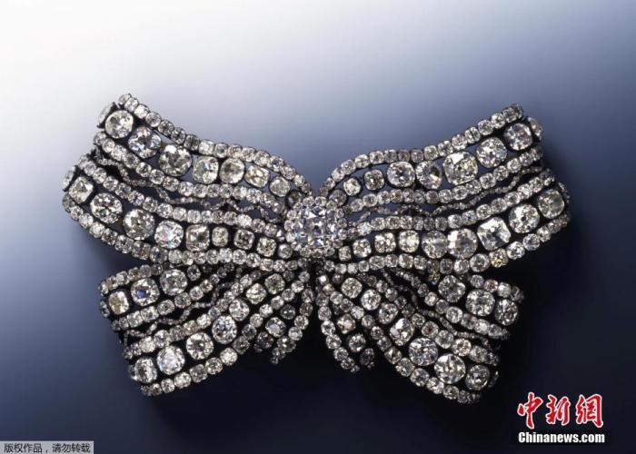 博物馆馆长阿克曼表示,盗窃者打开了一个装有三套18世纪饰品的展示柜。据报道,3套钻石和红宝石首饰被盗。图为失窃古董珠宝配饰。