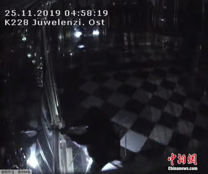 资料图:2019年11月26日消息,位于德国德累斯顿老城区的绿穹珍宝馆25日凌晨发生盗窃事件,据称,价值近10亿欧元的古董被盗。图为监控画面拍摄到盗窃者打开展示柜瞬间。