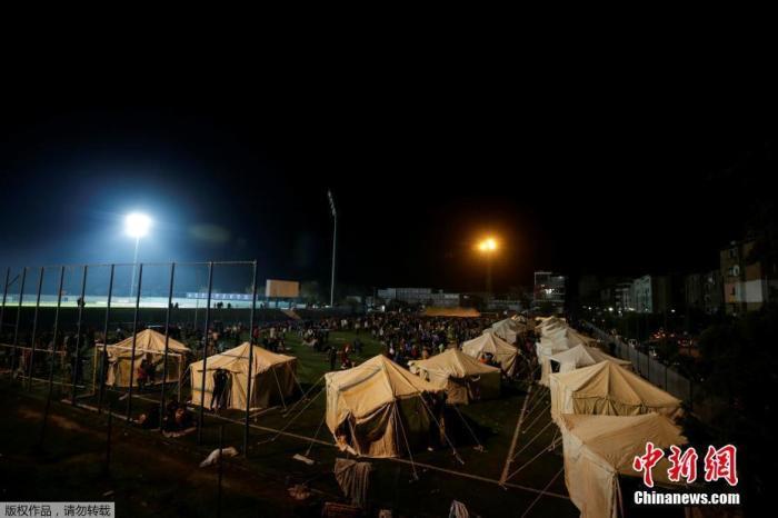 阿尔巴尼亚西北部港口城市杜尔斯附近26日发生6.4级地震,把许多建筑物夷为平地。图为在球场上搭建的临时敞篷。