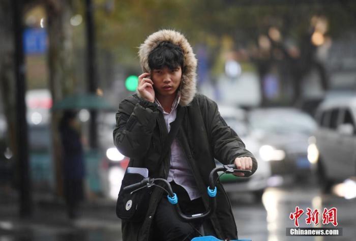 资料图:降温天气下,市民着冬装出行。中新社记者 王刚 摄
