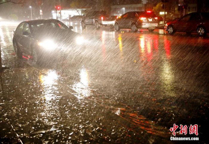 资料图:城市遭遇狂风暴雨。<a target='_blank' href='http://www.chinanews.com/'>中新社</a>记者 刘关关 摄