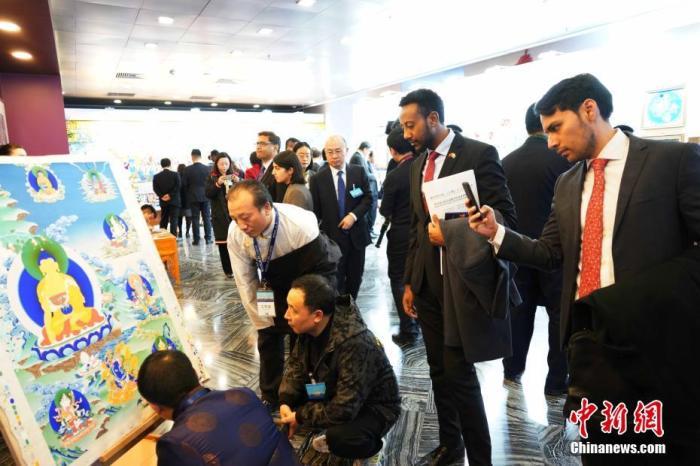 11月26日,外交部举办青海全球推介活动,图为青海工艺大师向嘉宾展示唐卡绘制。<a target='_blank' href='http://www.chinanews.com/'>中新社</a>记者 胡友军 摄