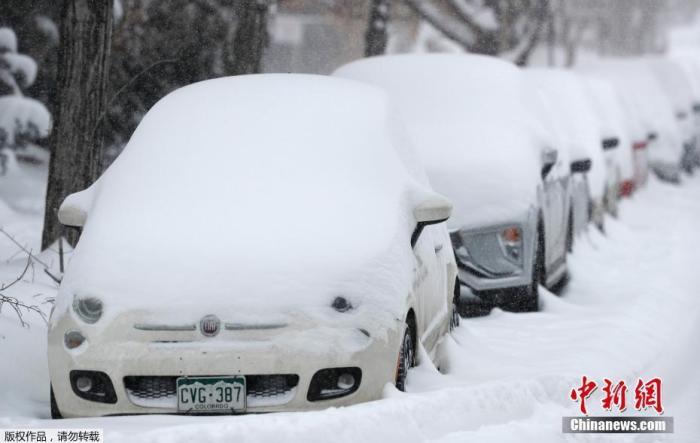 资料图:2019年11月26日,美国丹佛市的道路被积雪覆盖。