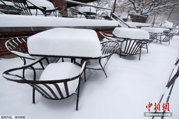 当地时间11月26日,美国丹佛市的街道上盖满白雪。