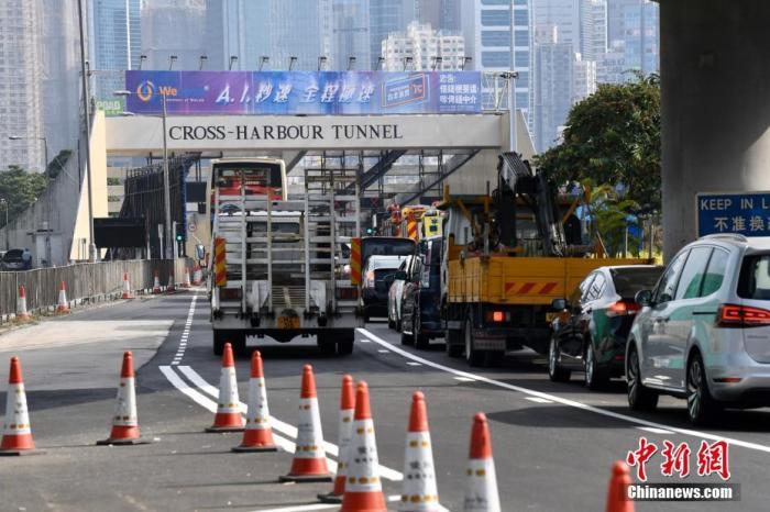 11月27日,香港红�|海底隧道恢复通车后,早上繁忙时段车辆往来铜锣湾红隧出入口偶尔缓慢行驶。封闭近两周的香港红�|海底隧道27日早上恢复通车。由于早前遭暴徒大肆破坏和纵火,红隧被迫于11月13日夜晚封闭,经特区政府多个部门动员逾800人抢修后,27日清晨5时重开,过海巴士路线亦陆续恢复服务。隧道通车后,交通大致畅顺,早上繁忙时间,车辆逐渐增多,车辆行驶缓慢。据了解,红隧是连接港岛、九龙、新界各区的交通大动脉,每天有约12万车辆使用红隧。 中新社记者 李志华 摄