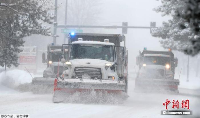 资料图:美国丹佛市的道路被积雪覆盖,市政除雪车清理路面。