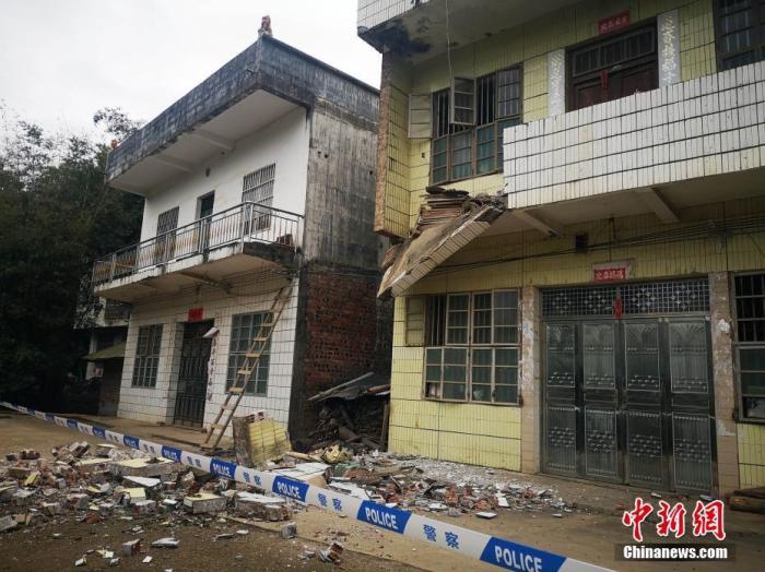 11月28日7时49分在广西百色市靖西市(北纬22.90度,东经106.66度)发生4.3级地震,震源深度10千米。图为地震中坍塌的阳台。中新社发 陆翠琳 摄
