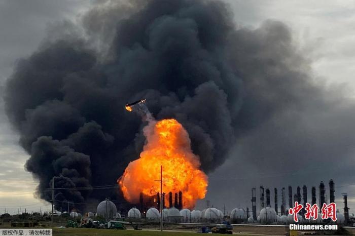 当地时间11月27日早些时候,美国德州一家化工厂发生爆炸,附近居民被强制疏散。附近民居门窗被震破,现场黑烟滚滚,工厂建筑废片被炸飞。