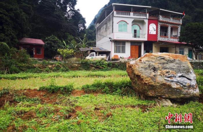 图为地震中滑落的山石。中新社发 陆翠琳 摄